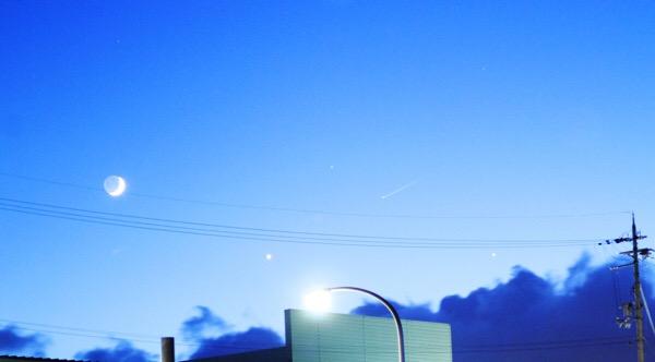 【月と星たちの共演】夕暮れの西の空の癒されのススメ【写真あり】