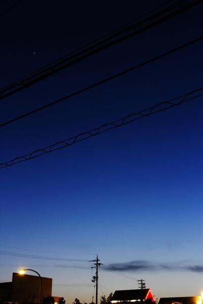 グラデーションに染まる空とシャープなお月様を見よう #ウチソラ